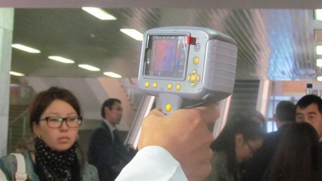 В аэропорту Манас всех пассажиров проверяют на наличие лихорадки Эбола