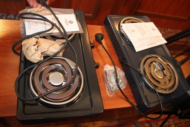 Мэр Оша лично вручил электроплиты малоимущим горожанам