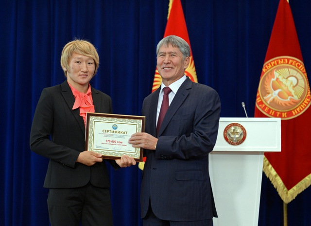 Атамбаев наградил спортсменов-призеров денежными премиями