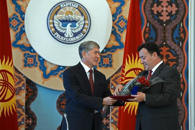 Президент Алмазбек Атамбаев вручил 7 ученым государственные премии за достижения в науке и технике