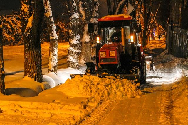 Городские службы всю ночь чистили город от снега