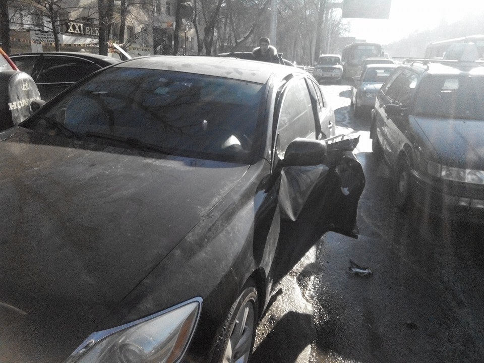 В Бишкеке троллейбус снес дверь «Лексуса»