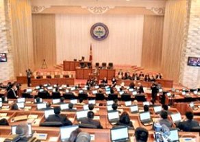 Жогорку Кенеш обсуждает расходы Аппаратов парламента, президента и правительства за закрытыми дверями