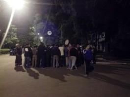 Сторонники задержанного депутата Самакова собрались у здания ГКНБ