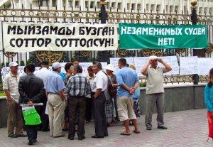 Митингующие «отпустили» депутатов на каникулы