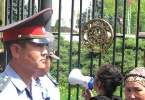 Митингующие не выпускают депутатов из здания парламента