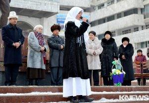 Возле памятника Чингизу Айтматову прошла акция, посвященная 83-летию писателя
