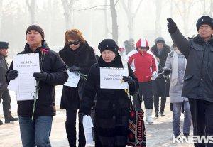Возле посольства Казахстана в Кыргызстане прошла акция в память о погибших в Жанаозене