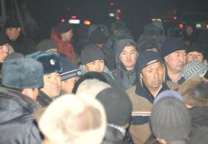 В Бишкеке более ста человек митингуют, требуя включить свет в Кызыл-Аскере