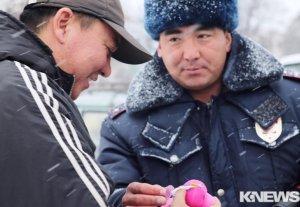 Инспекторы ГАИ подарили автолюбителям подарки в канун Нового года