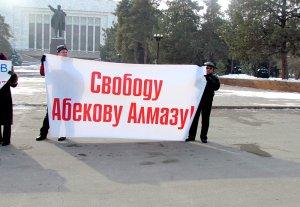 Коллектив «Алиппе.TV» провел митинг в поддержку задержанного Алмазбека Абекова