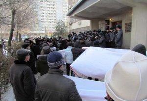 Сторонники Азамата Мурзалиева вновь попытались штурмовать здание горсуда, выкрикивая лозунги в его поддержку