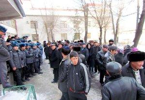 Сторонники Азамата Мурзалиева попытались штурмом взять здание Бишкекского горсуда