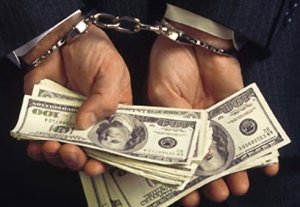 Сотрудник Госрегистра и глава айыл окмоту помещены в СИЗО за получение взятки в 29 тысяч долларов
