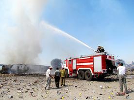 На месте взрыва продолжают взрываться остатки пиротехники