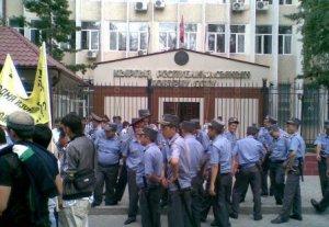 У здания Верховного суда проходит митинг