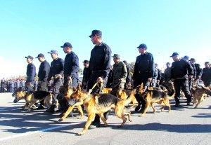 Несколько тысяч сотрудников МВД и дружинников прошли парадом в Бишкеке