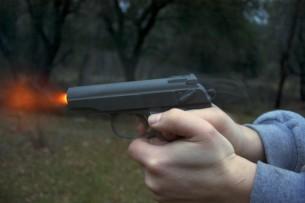 Участник свадебного кортежа открыл стрельбу на улице