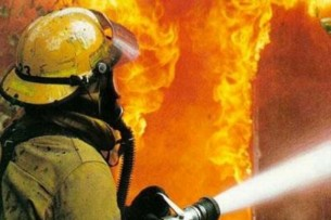 В Бишкеке горит двухэтажный жилой дом
