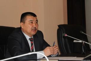 Мэр Оша Айтмамат Кадырбаев снял тонировку со своего автомобиля