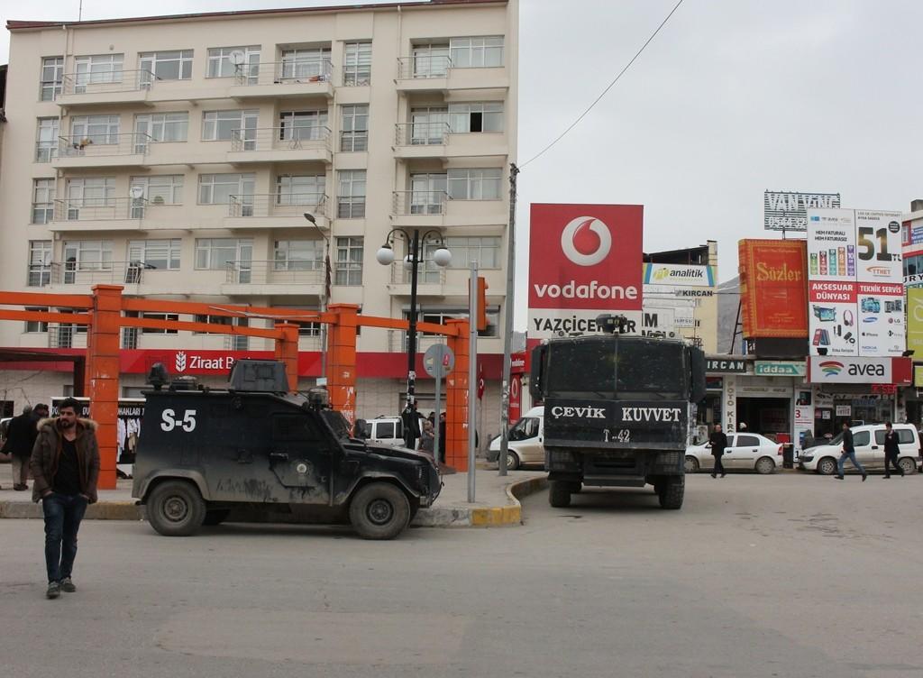 Бронированные машины полиции на гл.площади Вана