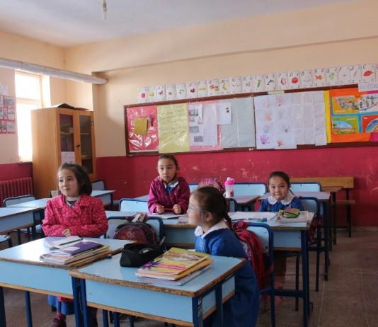 В Кыргызстане начали принимать в 1 класс детей, не успевших попасть в школу через электронную запись