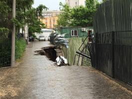 Строящийся дом в Бишкеке ушел под землю (обновлено)