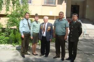 Пожарники поздравили ветерана-огнеборца с годовщиной Победы
