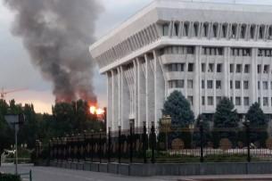 В центре Бишкека горит новый дом (видео, фото)