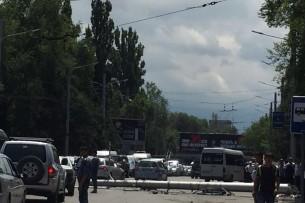 Очевидец: Бетонный столб упал на Манаса/Боконбаева – легковушка врезалась (видео, фото)