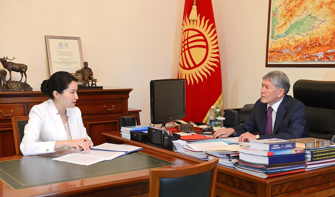 Алмазбек Атамбаев, Индира Джолдубаева. © Пресс-служба президента КР