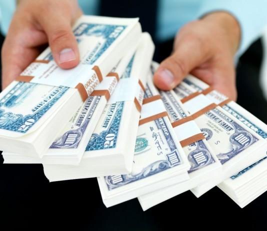 Российский миллиардер презентовал денежный трон, набитый 1 млн долларов