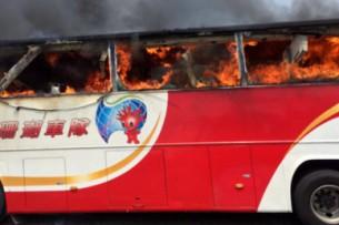 На Тайване при пожаре в автобусе заживо сгорели 26 туристов