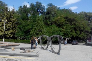 В центре Бишкека устанавливают арт-инсталляцию «Точка зрения»