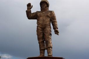 На Иссык-Куле установили памятник космонавтам