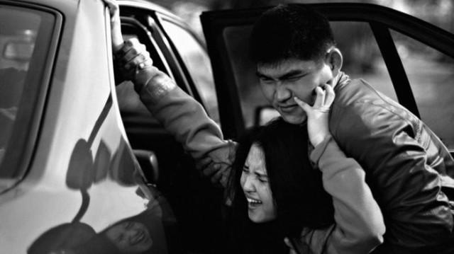 """""""Пока тащил, уронил в грязь"""". 20-летний парень на такси похитил несовершеннолетнюю"""