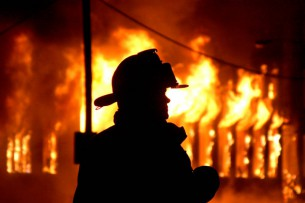 В Бишкеке горит здание центра отдыха «Причал»