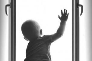 В Оше с пятого этажа выпал четырехлетний мальчик