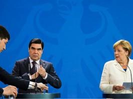 Бдительный помощник поменял Бердымухамедову стакан с водой на глазах у Меркель (видео)