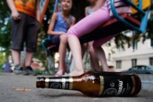 Парламентский комитет одобрил законопроект по повышению штрафов за распитие спиртных напитков во дворах жилых домов