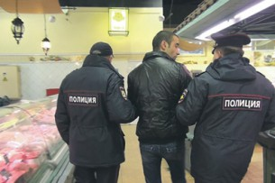 В Москве полицейский заставил кыргызстанца снять  маску, а потом составил протокол о нарушении масочного режима