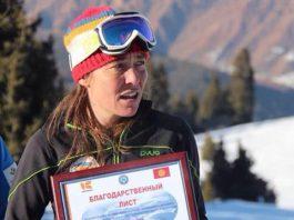 Швейцарка привезла в Кыргызстан 3 тонны лыж в качестве гуманитарной помощи, но груз не пропускает таможня