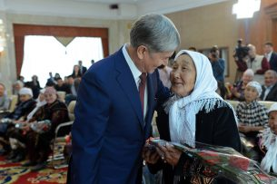 Атамбаев подписал указы о награждении многодетных матерей орденами «Баатыр эне» и медалями «Эне данкы»