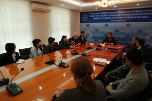 Работающие в КР иностранные бизнесмены будут получать трудовую визу на 3 месяца