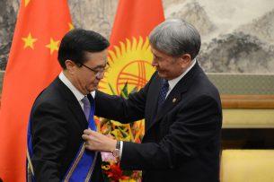 Атамбаев наградил китайского министра орденом «Данакер»