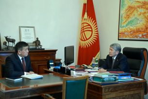 Крушение Боинга: Атамбаев подчеркнул роль неравнодушных граждан, помогающим пострадавшим