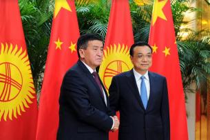 Жээнбеков поздравил Ли Кэцяна с 25-летием дипотношений