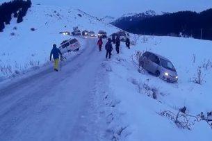 На трассе горнолыжной базы «Каракол» заносит автомобили (видео)
