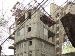 В центре Бишкека сносят незаконно построенное пятиэтажное здание