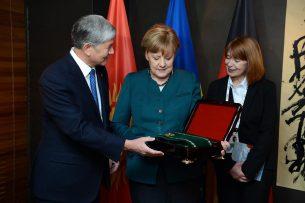 Алмазбек Атамбаев наградил Ангелу Меркель орденом Курманжан Датки